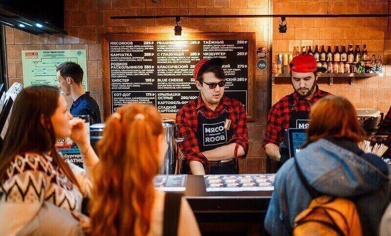 Бургерная с сотрудниками принимающими заказ