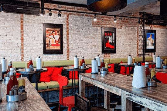 Дизайн помещения-столики в бургерной