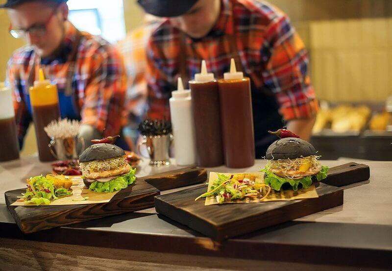 Официанты и бюргеры на доске